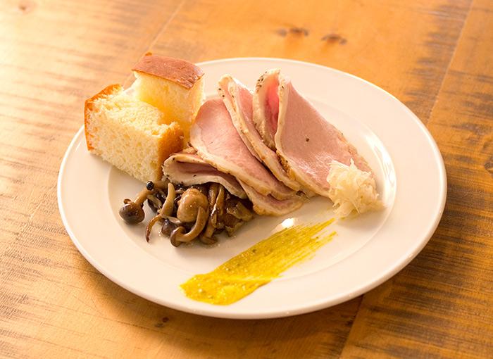 もち豚ローストポーク グリーンマスタード きのこのマリネ添え